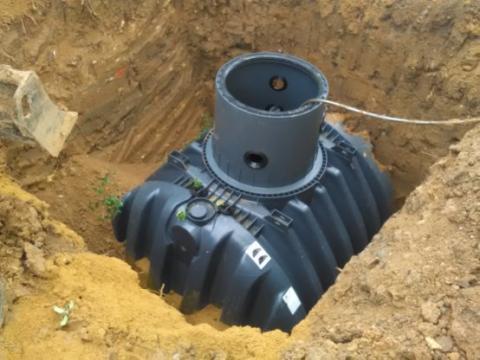 6. Obsypání nádrže pískem a zeminou, dopuštění  nádrže vodou do 1/3.